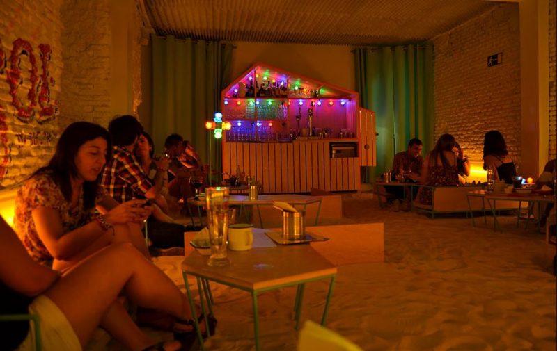 interior del local con jóvenes tomando copas