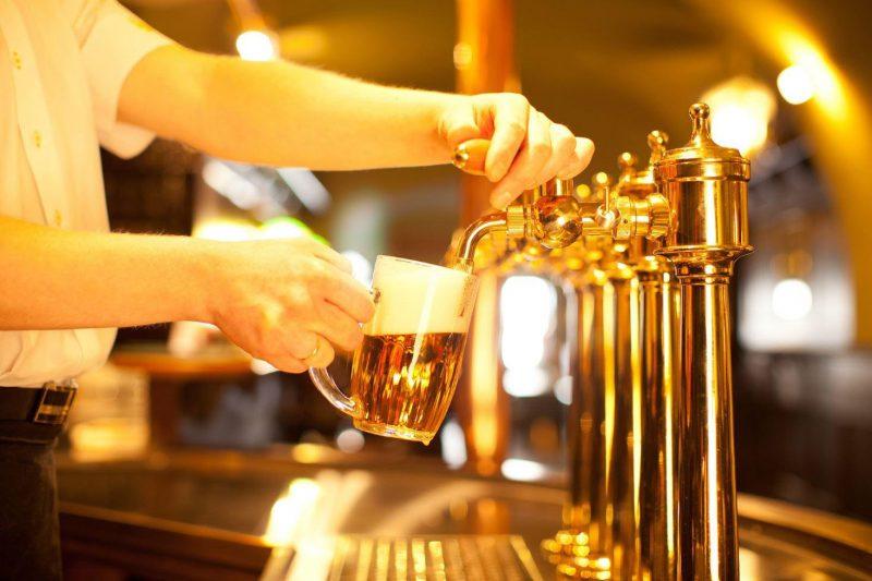 Hombre sirviendo cerveza en una jarra