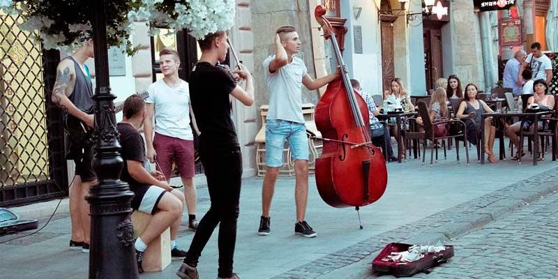 artistas callejeros interpretando música