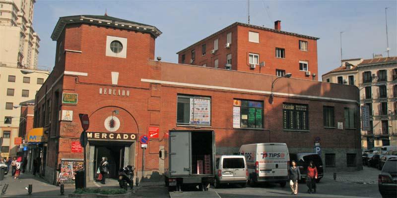 Exterior del mercado de los Mostenses