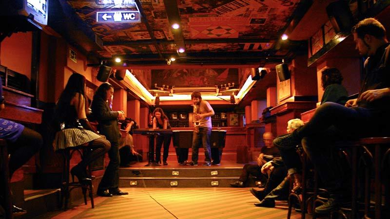 Bar La Vía Lactea con personas tocando un saxo