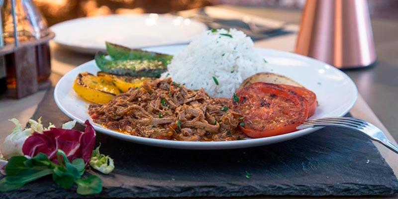 plato con pasta, tomate y pimientos asados, y arroz del restaurante