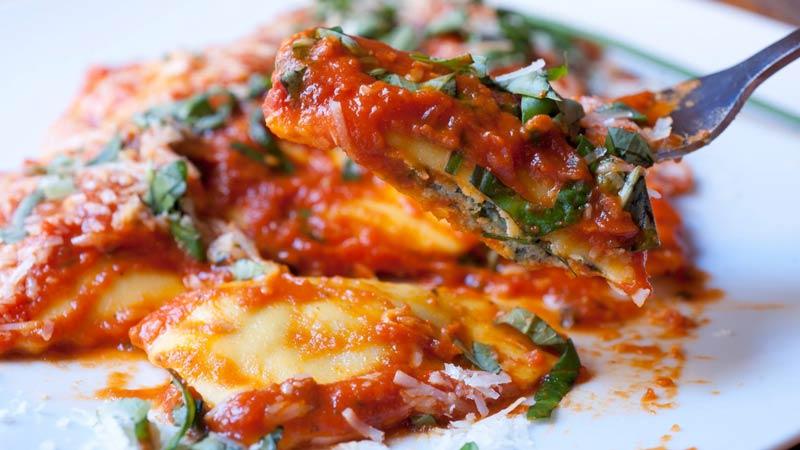 plato de pasta con salsa roja