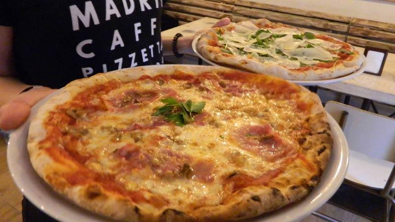 pizza del restaurante. una de jamón cocido y otra de queso