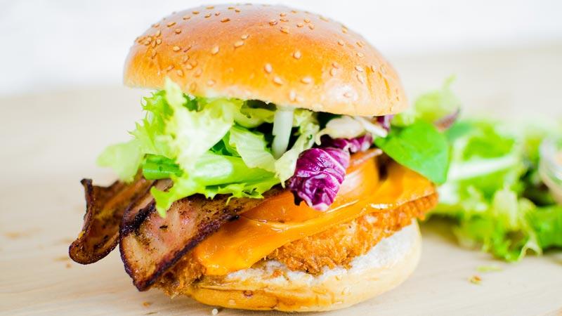 hamburguesa exquisita con bacon y pollo empanizado