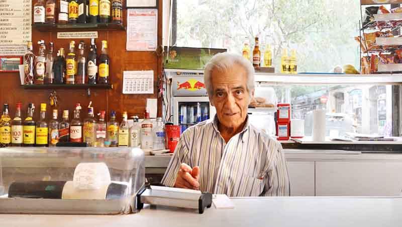 Casto Herrezuelo detrás de la barra del bar
