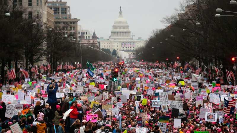 mujeres manifestando en los estados unidos