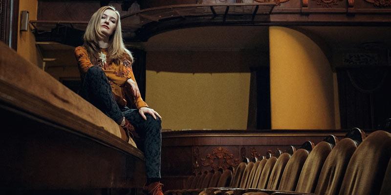 Aartista sentada en la sala de teatro