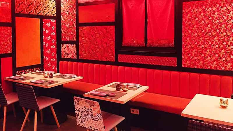 Interior del restaurante japonés Chic sushi con tonos rojos