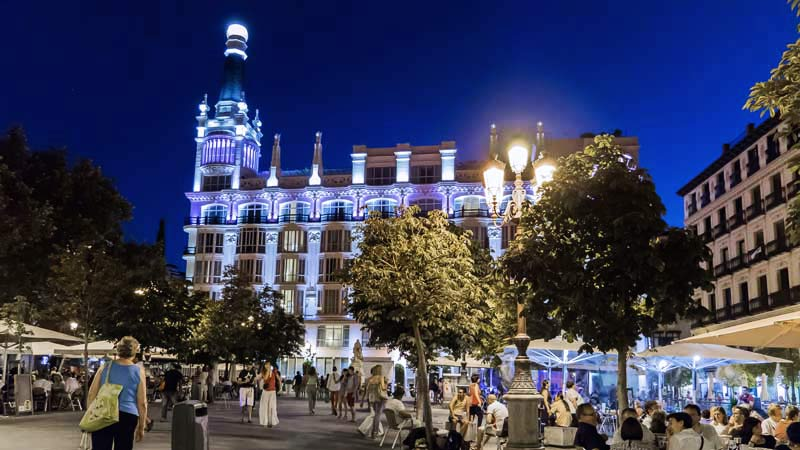personas en las terrazas de bares en el barrio de las letras de Madrid
