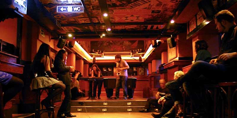 Bar con un músico tocando