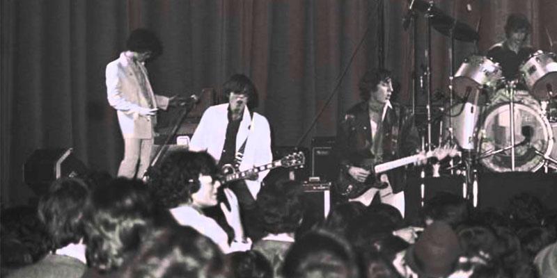 Foto de grupo de música durante un concierto en blanco y negro