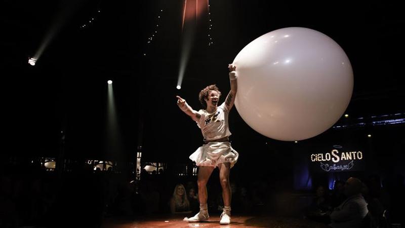 hombre con globo gigante