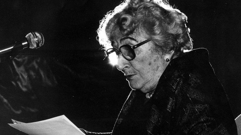Imagen en blanco y negro de la escritora Rosa Chacel recitando una parte de la novela en un evento