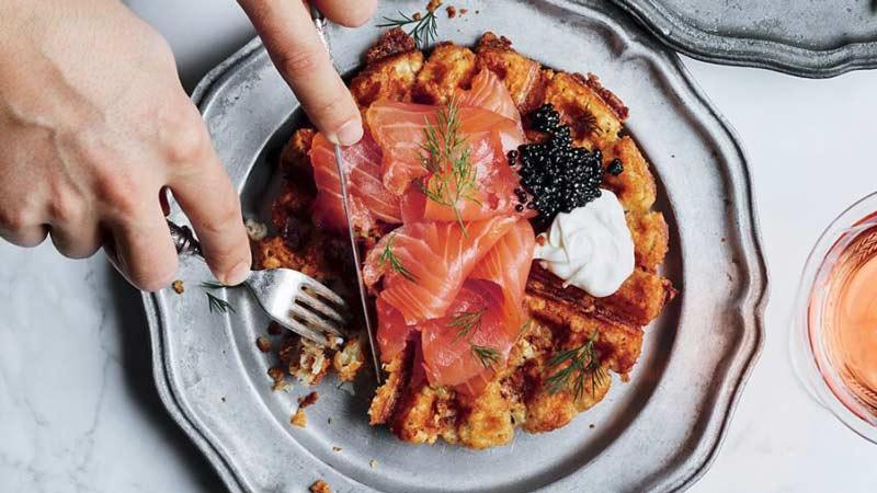 plato de waffles con salmón