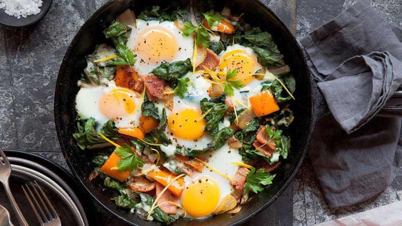 plato con huevos, espinacas y verduras