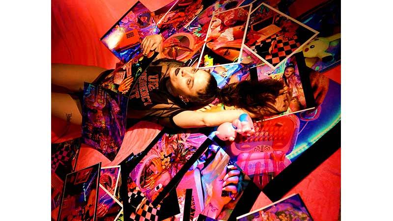 foto de una chica tumbada encima de muchas fotografías
