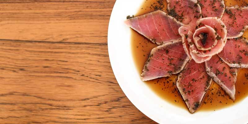 fotografía de un plato con tataki
