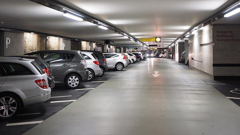 parking lleno de coches en el centro madrileño
