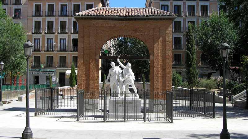 Monumento plaza dos de mayo dentro del barrio de Malasaña