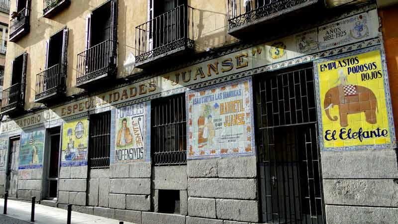 """fachada de local  """"Juanse"""" en Malasaña"""