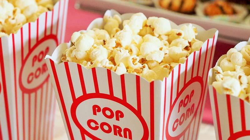 caja de palomitas mientras estás en el cine