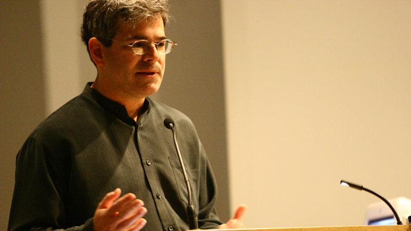 el creador de las placas alrededor del mundo durante una charla