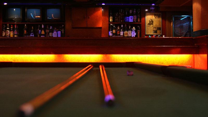mesa de pool en un bar
