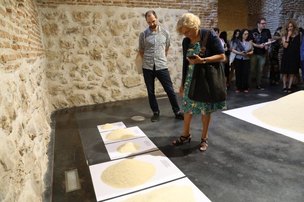 Manuela Carmena mirando una exposición