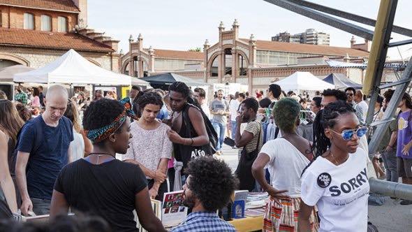 grupo de gente en un festival