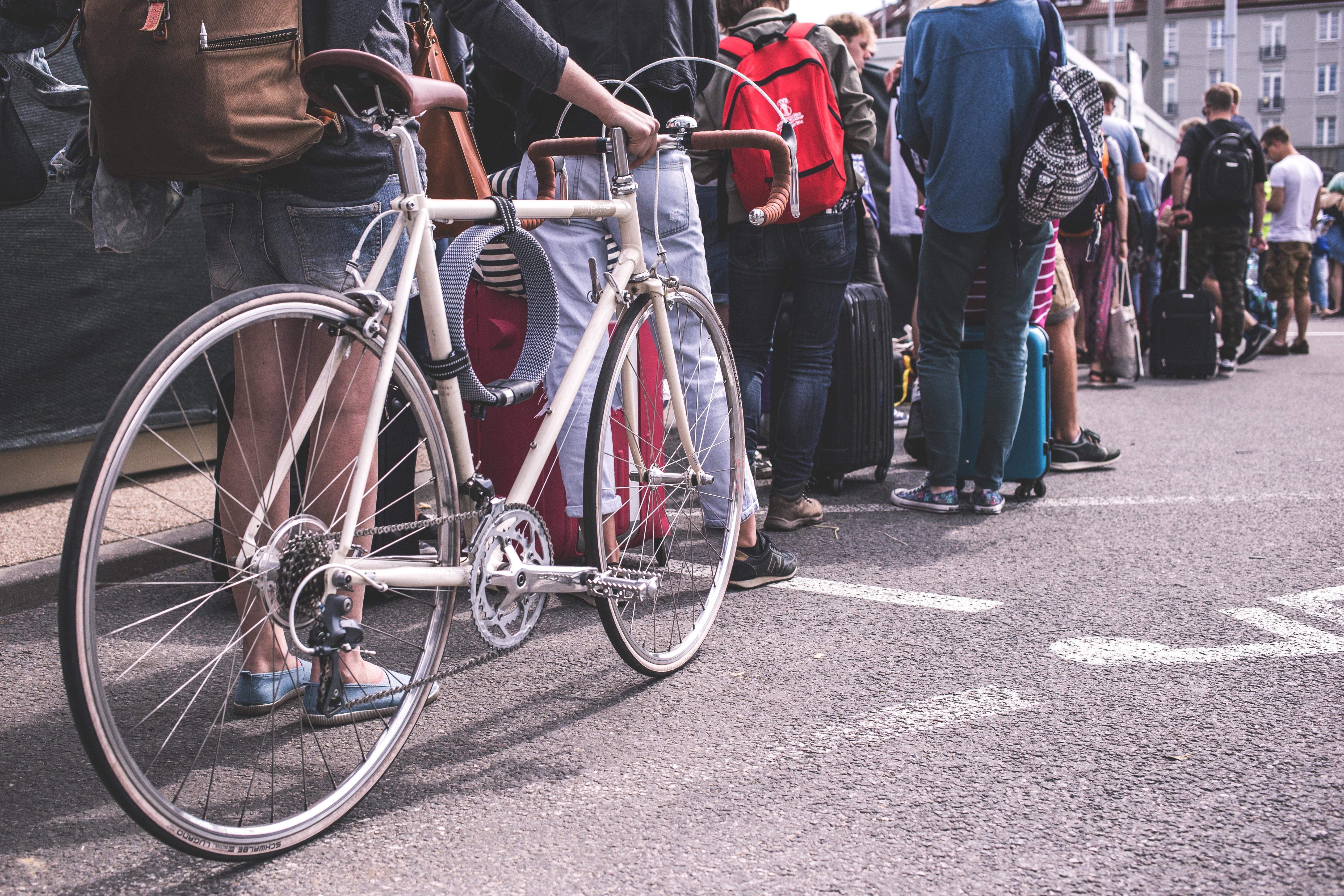 Fila de personas y bicicleta