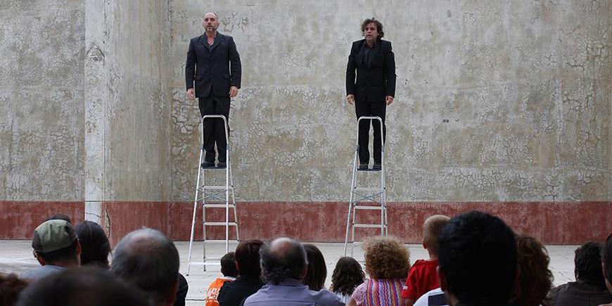 El dúo los Torreznos subidos en una escalera cada uno