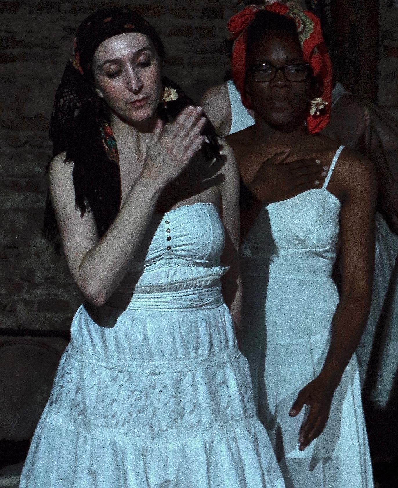 dos mujeres de blanco
