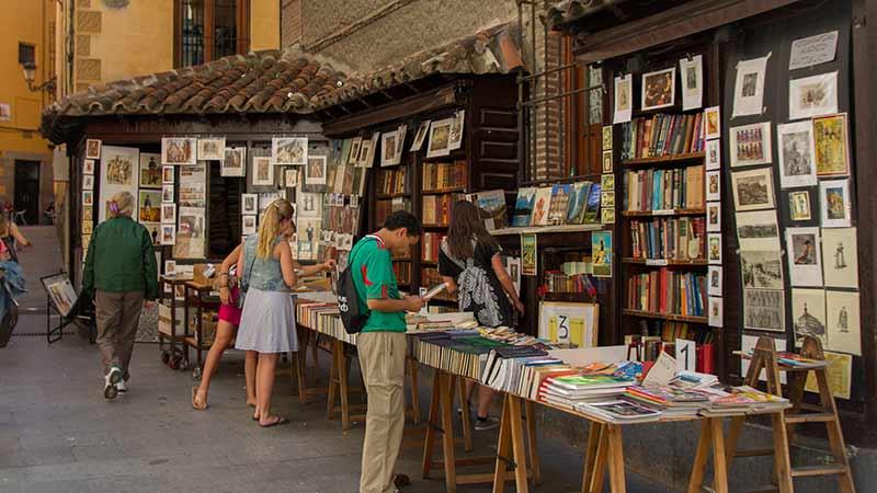 Librería de San Ginés y varias personas mirando sus libros