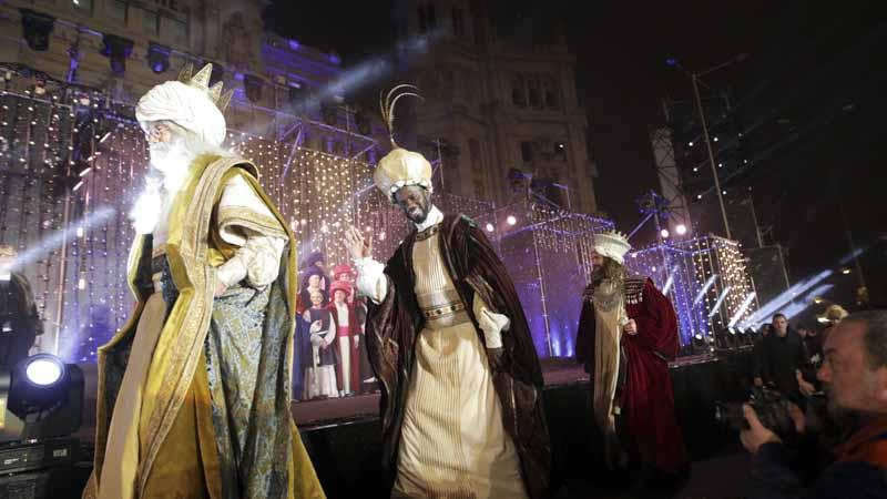 Melchor, Gaspar y Baltasar en la carroza de la Cabalgata de los Reyes Magos