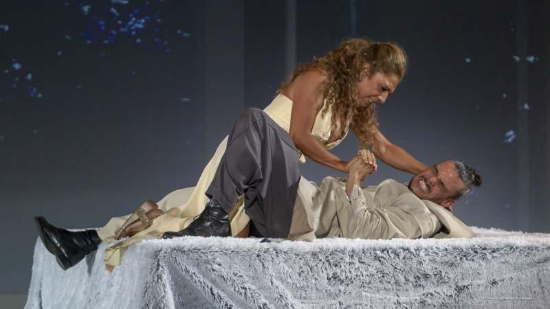 Lolita Flores como Fedra forcejeando con Críspulo Cabezas en su papel de Hipólito