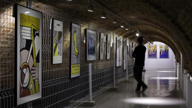 Sala de la exposición con pósters de Lichtenstein