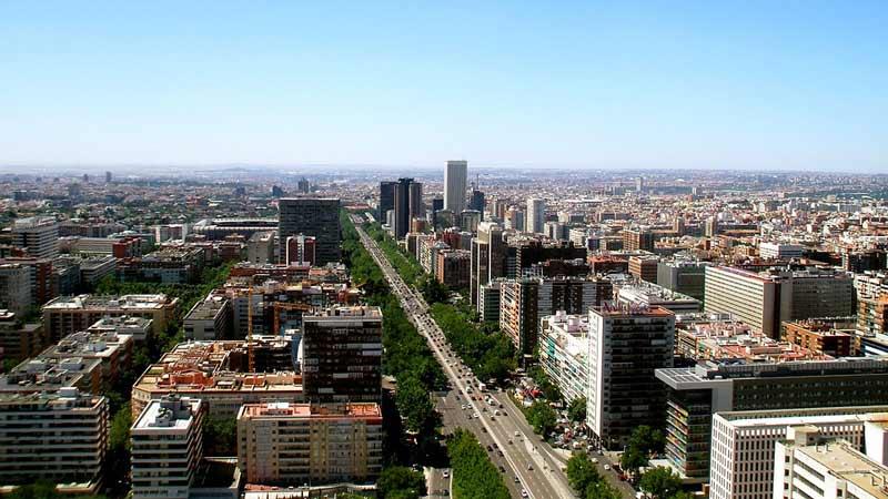 Calle llena de árboles en Madrid
