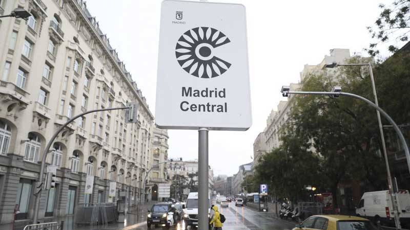 Calle del centro de Madrid con un cartel indicativo de Madrid Central