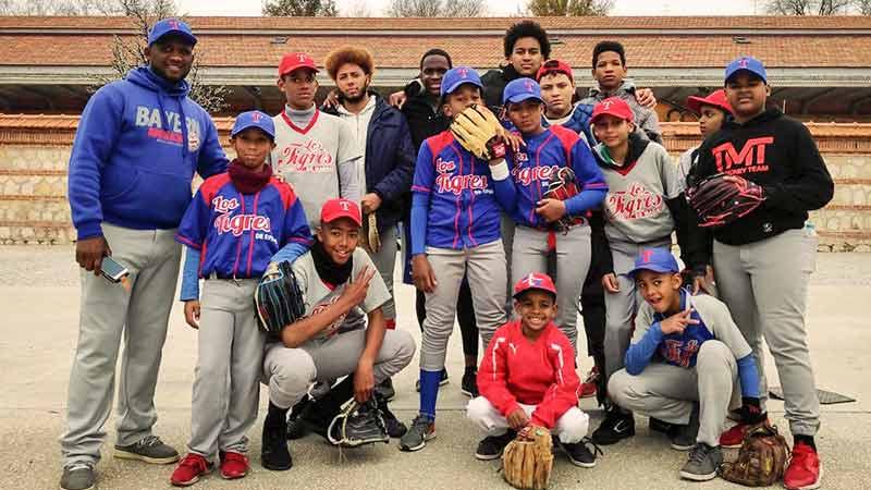 Jugadores de softbol en La Cancha.