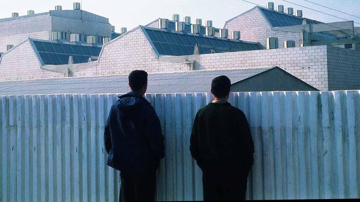 Vecinos contemplando el Edificio Celsa