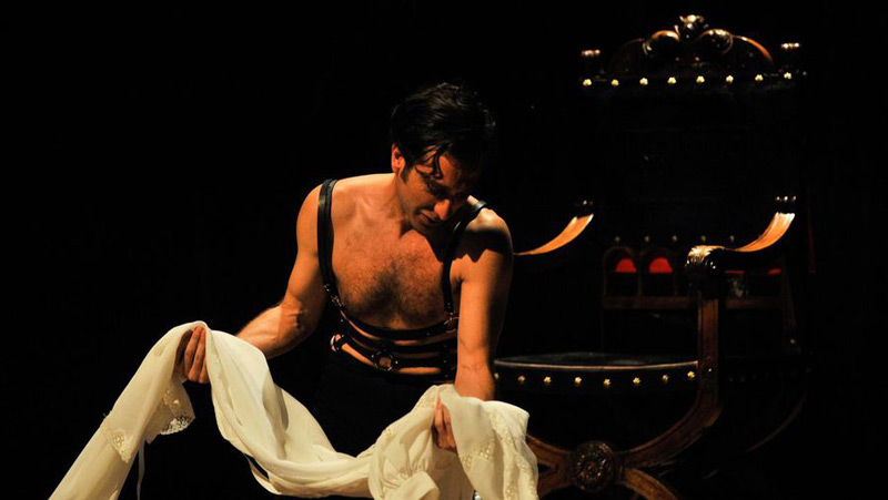 Xoel Fernández sosteniendo una tela blanca en la obra Calígula