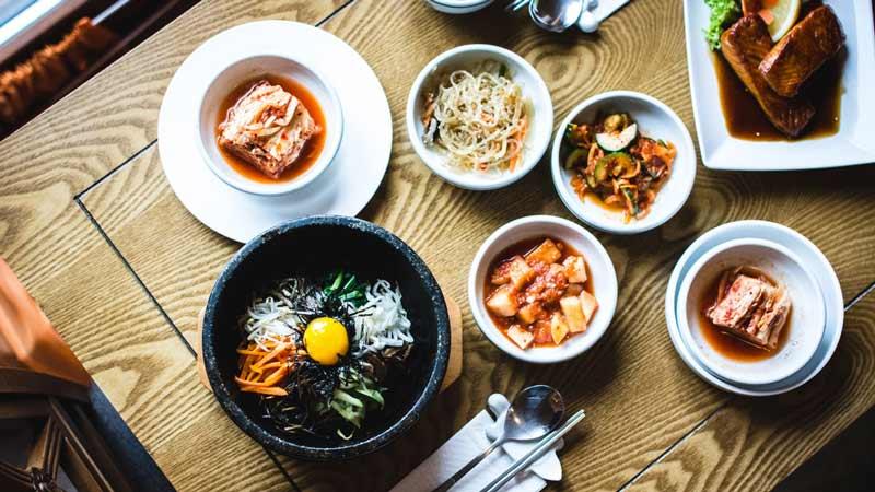 Diferentes platos de comida asiática dispuestos en la mesa