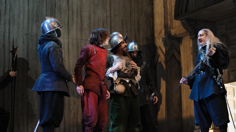 Actores en el escenario representando El Sueño de la Vida de Lorca