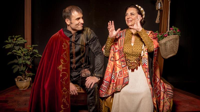Los actores que hacen de Tirso de Molina y Francisca Pizarro en el escenario conversando