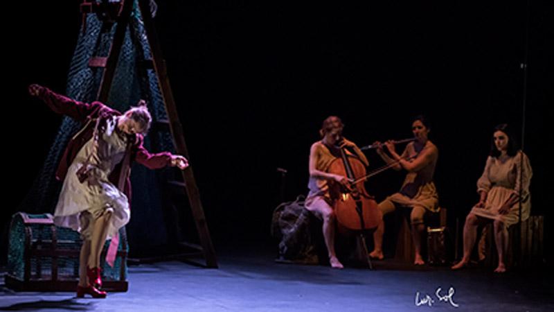 Actrices de la obra Mujeres de Paciencia Salvaje tocando instrumentos y bailando