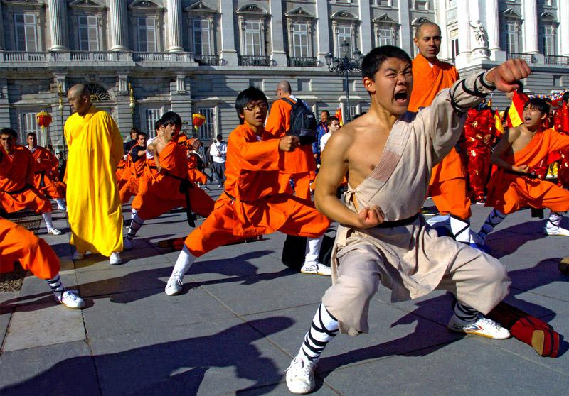 Chinos practicando artes marciales.