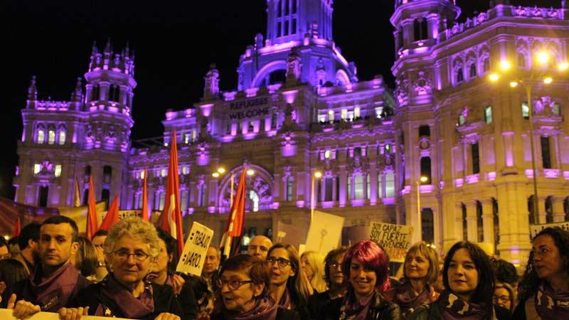 Huelga feminista del 8 de marzo frente al Ayuntamiento de Madrid, teñido de morado