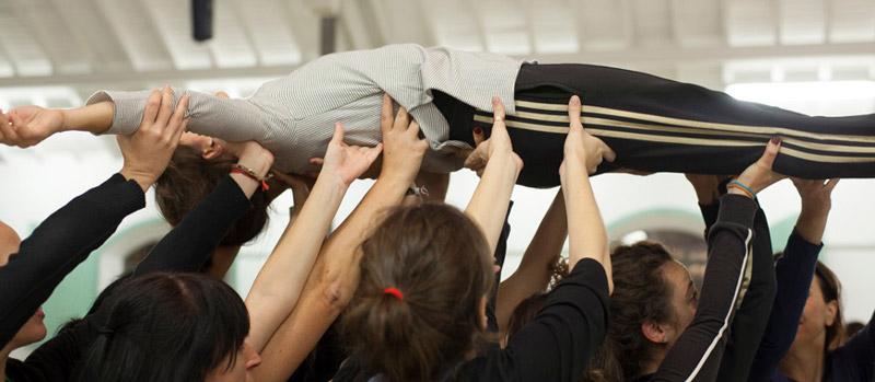 Madrid en crudo, grupo de personas levantando a una mujer