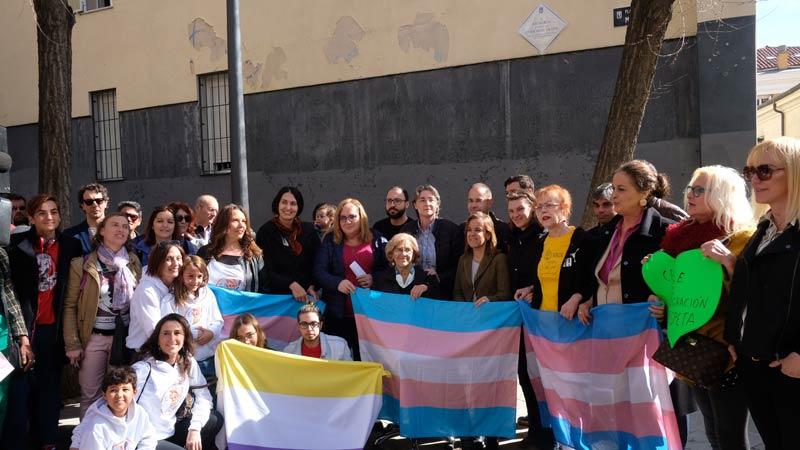 Manuela Carmena y otros representantes en el acto de colocación de la placa en la Plazuela de la Memoria Trans